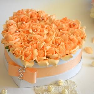 Álomszép szív  virágbox, Esküvő, Esküvői dekoráció, Nászajándék, Lakberendezés, Otthon & lakás, Virágkötés, Szív formájú nagy méretű virágbox, több szál barack habrózsából készült, gyöngy díszítéssel, szatén ..., Meska