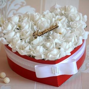 Szív Szülőköszöntő virágbox, Esküvő, Esküvői csokor, Lakberendezés, Otthon & lakás, Szerelmeseknek, Ünnepi dekoráció, Dekoráció, Virágkötés, Szív formájú virágbox, több szál hófehér élethű habrózsából készült, gyöngy díszítéssel, szatén szal..., Meska