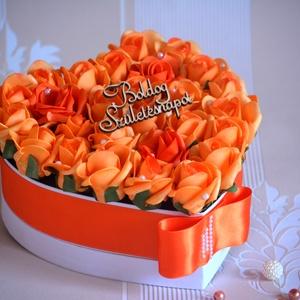 Csodás szív box, Dekoráció, Otthon & lakás, Csokor, Lakberendezés, Asztaldísz, Virágkötés, Gyönyörűséges Szív formájú szívből jövő virágbox, több szál narancssárga élethű habrózsából készült,..., Meska