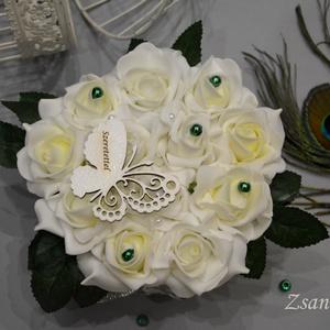 Vintage Virágbox , Lakberendezés, Otthon & lakás, Asztaldísz, Esküvő, Esküvői dekoráció, Virágkötés, Krémfehér élethű habrózsákból készült a kerek örök időtálló virágbox. Szeretettel pillangós kis fa t..., Meska