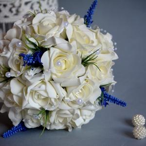 Levendula álom, Esküvő, Esküvői csokor, Esküvői ékszer, Virágkötés, Levendula szálakkal díszítettem a fehér gömb habrózsa csokrot. Gyöngyökkel díszítettem, szárát szaté..., Meska