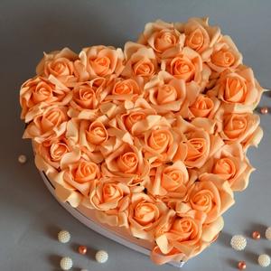 Szülőköszöntő Nagy Szív virágbox, Dekoráció, Otthon & lakás, Esküvő, Esküvői csokor, Meghívó, ültetőkártya, köszönőajándék, Virágkötés, Szív formájú nagy méretű virágbox, több szál élethű barack habrózsából készült,  szatén szalag fogly..., Meska