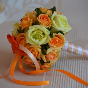 Narancs mini dobócsokor, Esküvő, Esküvői csokor, Esküvői dekoráció, Meghívó, ültetőkártya, köszönőajándék, A mini dobócsokrot  narancs pisztáciazöld habrózsákból készítettem. Ízléses apró gyöngyfejek díszíti..., Meska