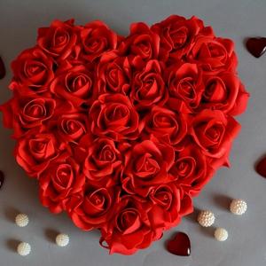 Love szív piros box, Asztaldísz, Dekoráció, Otthon & Lakás, Virágkötés, Szív formájú nagy méretű virágbox, több szál élethű vörös habrózsából készült,  szatén szalag foglya..., Meska