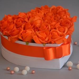 Love Box, Csokor & Virágdísz, Dekoráció, Otthon & Lakás, Virágkötés, Szív formájú nagy méretű virágbox, több szál élethű vörös habrózsából készült,  szatén szalag foglya..., Meska