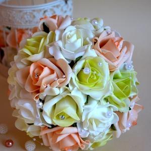 Pikáns varázslat Csokor, Esküvő, Esküvői csokor, Esküvői dekoráció, Menyasszonyi ruha, Virágkötés, Ekrü-zöld és barack habrózsákból készült az örök ékszer varázslatosan pazar esküvői csokor. Finom gy..., Meska