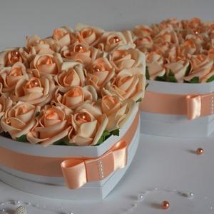 Szív barack virágbox, Esküvő, Esküvői csokor, Nászajándék, Meghívó, ültetőkártya, köszönőajándék, Virágkötés, Szív formájú nagy méretű virágbox, több szál barack habrózsából készült, gyöngy díszítéssel, szatén ..., Meska