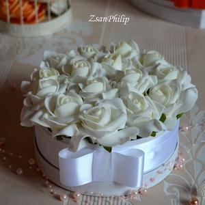 Elegáns Hófehér szülőköszöntő box, Szülőköszöntő ajándék, Emlék & Ajándék, Esküvő, Virágkötés, A romantikus kerek kézműves  virágboxot, élethű,örök  fehér habrózsákkal raktam körbe. A virágboxot ..., Meska