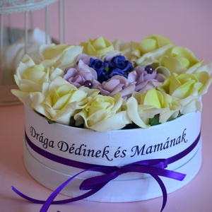 Szöveges Szülőköszöntő virágbox, Esküvő, Meghívó, ültetőkártya, köszönőajándék, Lakberendezés, Otthon & lakás, Asztaldísz, Virágkötés, Csodás egyedi szöveggel is kérhető örök habrózsa virágbox. Születésnapra,névnapra bármilyen alkalomr..., Meska