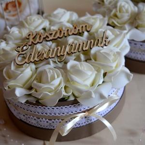 Vintage Örök Virágbox, Szülőköszöntő ajándék, Emlék & Ajándék, Esküvő, Virágkötés, A romantikus kerek kézműves  virágboxot, élethű,örök  ekrű habrózsákkal raktam körbe. A virágboxot v..., Meska