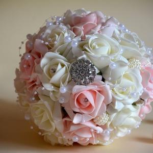 Luxus Elegancia csokor, Esküvő, Esküvői csokor, Otthon & lakás, Dekoráció, Csokor, Virágkötés, Habrózsából készült teljes gömb,kerek csokor,törtfehér és babarózsaszínből. Díszítésként gyöngyfüzér..., Meska