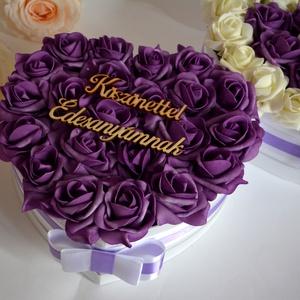Szív köszönetajándék nagyvirágbox, Esküvő, Meghívó, ültetőkártya, köszönőajándék, Lakberendezés, Otthon & lakás, Asztaldísz, Virágkötés, Szív formájú nagy méretű virágbox, több szál élethű lila habrózsából készült,  szatén szalag foglya ..., Meska