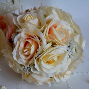 Selyemcsokor luxuskivitelben téli hangulatban, Menyasszonyi- és dobócsokor, Esküvő, Virágkötés, Csodás selyemvirág fejekből készült a kerek csokor, törtfehér színátmenetes púder-rózsaszínből és mi..., Meska