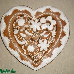 Nagy szív madaras, virágos, Édesség, Élelmiszer, Mézeskalácssütés, Mézeskalácsból készült egyedi tervezésű szív dísztárgy. Kiváló ajándék minden alkalomra, a méz édess..., Meska