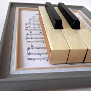 zongora billentyűk képkeretben, Otthon & Lakás, Dekoráció, Falra akasztható dekor, Famegmunkálás, Fotó, grafika, rajz, illusztráció, Zongora billentyűk bekeretezve. A képkeret 15 X 20-as méretű. Kitámasztható és falra is akasztható. ..., Meska