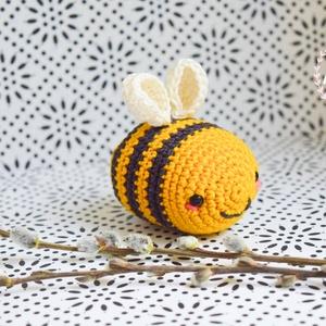 Horgolt tavaszi méhecske, Gyerek & játék, Játék, Játékfigura, Plüssállat, rongyjáték, Horgolás, Az apró méhecske a tenyeredben is elfér, kb. 7 centis. Mercerizált pamut fonalból horgoltam és polié..., Meska