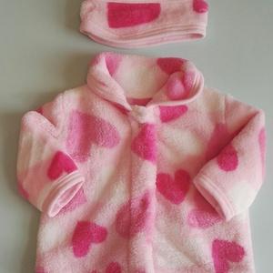 AKCIÓ!!! Játékbaba ruha, kabát + fejpánt ( rózsaszín szíves ), Gyerek & játék, Gyerekszoba, Játék, Baba játék, Varrás, Játékbaba ruha, kabát + fejpánt összeállítás. Puha wellsoft anyagból készült, a kabát patenttal záró..., Meska