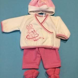 43-46 cm-es játékbaba ruha, négyrészes ( nyuszis, sapkával és cipővel ), Gyerek & játék, Gyerekszoba, Játék, Baba játék, Varrás, Játékbaba ruha ( négyrészes sapkával és cipővel ): 43-46 cm négyrészes játékbaba ruha. Anyaga flottí..., Meska