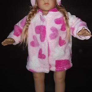 50 cm-es játékbaba kabát hajpánttal ( rózsaszín szivecskés ), Babaruha, babakellék, Baba & babaház, Játék & Gyerek, Varrás, 50 cm játékbaba ruha, kabát + hajpánt. Patenttal záródik, anyaga wellsoft. A baba és cipője nem tart..., Meska