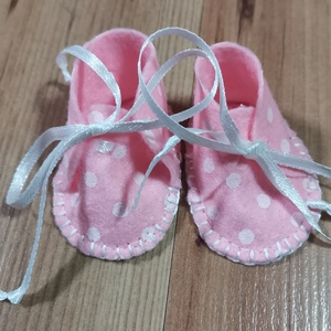 30-33 cm-es játékbaba cipő ( rózsaszín, pöttyös ), Játék & Gyerek, Baba & babaház, Babaruha, babakellék, Varrás, 30-33 cm-es játékbaba cipő ( rózsaszín, pöttyös ). Anyaga filc, kézzel varrt., Meska