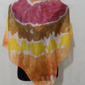 Batikolt selyemkendő , Művészet, Textil, Selyemfestés, Batikolt hernyóselyem kendő. Mérete 90x90 cm. \nKezelése: Langyos, öbtlítőszeres vagy bioszappanos ví..., Meska