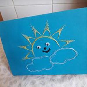 Gyerek képeslap, Képeslap & Levélpapír, Papír írószer, Otthon & Lakás, Fotó, grafika, rajz, illusztráció, Varrás, Egyedi,nagyon aranyos képeslap,fonalgrafikával kézzel készítve.Napocska szemei pislognak.\nKérésre má..., Meska