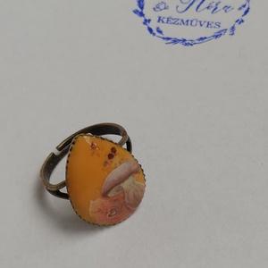 Őszi gyűrű, Statement gyűrű, Gyűrű, Ékszer, Festett tárgyak, Festészet, Antikolt bronz színű, csepp alakú, 2*1,5 cm-es gyűrű. Okkersárga, flitteres alapra gombát és őszi fa..., Meska