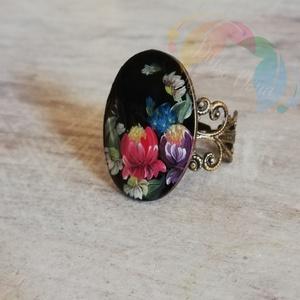 Zhostovo stílusú gyűrű , Ékszer, Gyűrű, Festett tárgyak, Festészet, Antikolt bronz színű, díszített szélű, 1,6*2,5 cm-es gyűrű fekete alapszínnel, zselével festett mint..., Meska