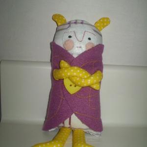 Mumus baba lila kabátban, Gyerek & játék, Játék, Játékfigura, Plüssállat, rongyjáték, Baba-és bábkészítés, Varrás, Egyedi, kézzel és géppel varrt mumus. A sötétben félő gyermek legjobb barátja. Igazi hurcolhatós, já..., Meska