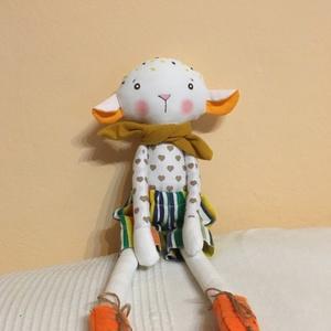 Zsurló bárányka, öltöztethető, Gyerek & játék, Játék, Játékfigura, Plüssállat, rongyjáték, Baba-és bábkészítés, Varrás, Egyedi, kézzel és géppel varrt bari. Igazi hurcolhatós, játszó és alvótárs. Arca hímzett, festett. N..., Meska