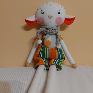 Tódor bárányka, öltöztethető, Játék & Gyerek, Plüssállat & Játékfigura, Más figura, Baba-és bábkészítés, Varrás, Egyedi, kézzel és géppel varrt bárányka. Igazi hurcolhatós, játszó és alvótárs. Arca hímzett, festet..., Meska