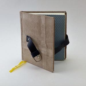Fábián - notesz, napló, emlékkönyv - drapp velúr bőr 16x16 cm  - 341, Jegyzetfüzet & Napló, Papír írószer, Otthon & Lakás, Könyvkötés, Papírművészet, Valódi velúr bőr borítású notesz, csatt záródással, könyvjelzővel.\nA pöttyös előzékpapír különös ked..., Meska