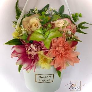 Virágbox, Otthon & Lakás, Dekoráció, Asztaldísz, Virágkötés, Élethű művirágokból készült virágbox, aminek füle is van. \nMérete : 25 x 18 cm\n, Meska