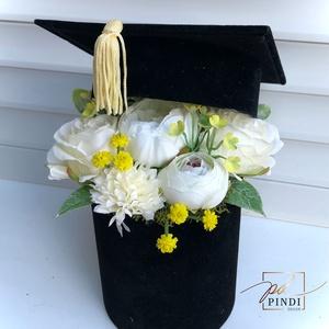 Ballagási ajándék virágos talár, Otthon & Lakás, Dekoráció, Díszdoboz, Virágkötés, Bársony talár élethű virágokkal bedíszítve. \nBallagásra , diplomaosztóra tökéletes ajándék. \nMérete ..., Meska
