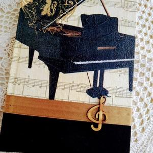 Zongorás emlékkönyv, Naptár, képeslap, album, Otthon & lakás, Jegyzetfüzet, napló, Dekoráció, Lakberendezés, Decoupage, transzfer és szalvétatechnika, Könyvkötés, Dekupázs technikával készült notesz, emlékkönyv, napló.\nMérete: 20.5 x 14,6 (A5)\nA kemény fedelű a b..., Meska