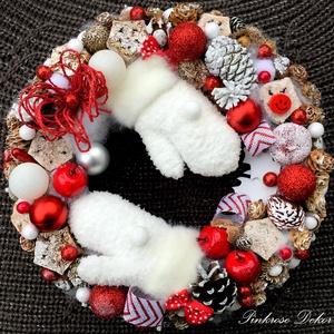 KESZTYŰS ünnepváró kopogtató (27 cm), Otthon & lakás, Dekoráció, Ünnepi dekoráció, Karácsony, Lakberendezés, Ajtódísz, kopogtató, Virágkötés, Mindenmás, Vidám ünnepváró kopogtató pihe-puha, szőrmével díszített kesztyűkkel, termésekkel, tobozokkal, dekor..., Meska