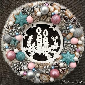 KARÁCSONYI kopogtató RÓZSASZÍN-KÉK (28 cm) KÉSZTERMÉK, Otthon & lakás, Dekoráció, Ünnepi dekoráció, Karácsony, Lakberendezés, Ajtódísz, kopogtató, Virágkötés, Mindenmás, Ünnepváró kopogtató rózsaszín-ezüst-kék  színvilágban díszgömbökkel, termésekkel, tobozokkal, gyöngy..., Meska