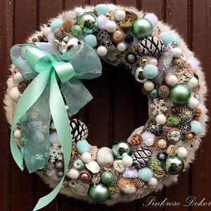 KARÁCSONYI kopogtató TÜRKIZ (29 cm) KÉSZTERMÉK, Otthon & lakás, Dekoráció, Ünnepi dekoráció, Karácsony, Lakberendezés, Ajtódísz, kopogtató, Virágkötés, Mindenmás, Ünnepváró kopogtató türkiz-ezüst- fehér színvilágban díszgömbökkel, termésekkel, tobozokkal, gyöngyö..., Meska