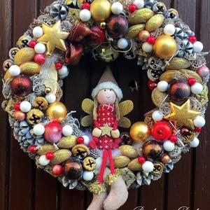 MANÓLÁNYKÁS- CSENGETTYŰS  KARÁCSONYI KOPOGTATÓ ARANY-BORDÓ (28 cm) KÉSZTERMÉK, Otthon & lakás, Dekoráció, Ünnepi dekoráció, Karácsony, Lakberendezés, Ajtódísz, kopogtató, Virágkötés, Mindenmás, Elegáns kopogtató ARANY-BORDÓ  színvilágban csengettyűvel, manólánykával,  díszgőmbökkel, tobozokkal..., Meska