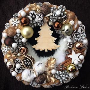 KARÁCSONYI KOPOGTATÓ KARÁCSONYFÁS, CSENGETTYŰS (27,5  cm) KÉSZTERMÉK, Otthon & lakás, Dekoráció, Ünnepi dekoráció, Karácsony, Lakberendezés, Ajtódísz, kopogtató, Virágkötés, Mindenmás, Ünnepi kopogtató BARNA-ARANY -FEHÉR színvilágban fa karácsonyfával, fém csengettyűvel, díszgőmbökkel..., Meska
