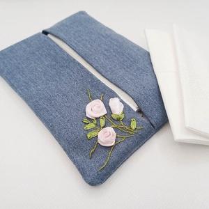 Hímzett zsebkendő tartó, Zsebkendőtartó, Pénztárca & Más tok, Táska & Tok, Varrás, Farmerhatású textilből készült, kinyitható papírzsebkendő tartó. 40 fokon mosható, a hímzett rész va..., Meska