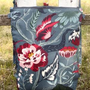 Virágos, pillangós 3in1 hátizsák / oldaltáska / válltáska, Táska, Divat & Szépség, Táska, Hátizsák, Válltáska, oldaltáska, Erős vászonból készült hátizsák/oldaltáska. A táska hátsó oldala szintén a virágos mintás anyagból k..., Meska