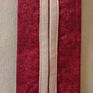 Sötétpiros virágos papír zsebkendő tartó, Táska & Tok, Pénztárca & Más tok, Zsebkendőtartó, Varrás, Pamutvászonból készült papír zsebkendő tartó.\nKétrétegű (bélelt), a nyitott részen külön anyaggal sz..., Meska