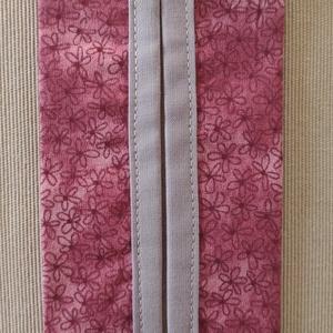 Mályva színű virágos papír zsebkendő tartó, Táska & Tok, Pénztárca & Más tok, Zsebkendőtartó, Varrás, Pamutvászonból készült papír zsebkendő tartó.\nKétrétegű (bélelt), a nyitott részen külön anyaggal sz..., Meska
