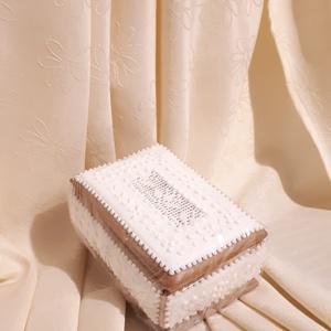 Hímzett mintás téglalap alakú mézeskalács ajándékdoboz , Esküvő, Meghívó, ültetőkártya, köszönőajándék, Otthon & lakás, Dekoráció, Ünnepi dekoráció, Anyák napja, Ballagás, Mézeskalácssütés, Téglalap alakú ajándékdoboz. A doboz  tetején fehér terülőmázon, fehér írókázott virágminta. Oldalai..., Meska