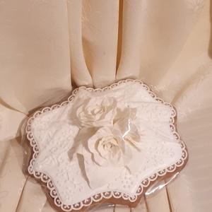 Csipkés szegélyű mézes-kerámia plakett hibiszkusz cukorvirággal, Esküvő, Nászajándék, Meghívó, ültetőkártya, köszönőajándék, Otthon & lakás, Képzőművészet, Mézeskalácssütés, Természetes alapanyagokból készült mézes-kerámia ajándék és dísztárgy. \nA képen látható ajándéktárgy..., Meska