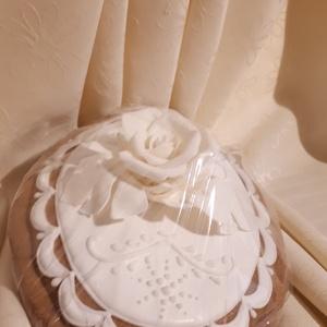 Ovális mézes-kerámia plakett cukorvirág rózsafejjel, Esküvő, Nászajándék, Meghívó, ültetőkártya, köszönőajándék, Otthon & lakás, Képzőművészet, Mézeskalácssütés, Természetes alapanyagokból készült mézes-kerámia ajándék és dísztárgy. \nA képen látható ajándéktárgy..., Meska
