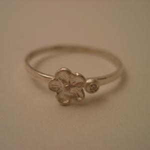 ezüst virágos gyűrű, Ékszer, Gyűrű, Szoliter gyűrű, Ékszerkészítés, Ötvös, 925-ös finomságú ezüstből készült, az 1,5mm szélességű kalapált felületű gyűrűn egy kis virág mellet..., Meska