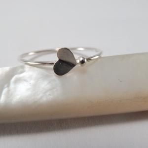 ezüst behajtott szív gyűrű, Ékszer, Gyűrű, Ékszerkészítés, Ötvös, 925-ös finomságú ezüstből készült, az 5 mm-es kis szívecskét középen behajtottam és mellé kis golyót..., Meska