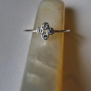 négyköves ezüst gyűrű, Ékszer, Gyűrű, Esküvő, Esküvői ékszer, Ékszerkészítés, Ötvös, 925-ös finomságú ezüstből készült gyűrű, a 0,9 mm vastagságú dróton 4 db 2mm-es cirkónia került befo..., Meska